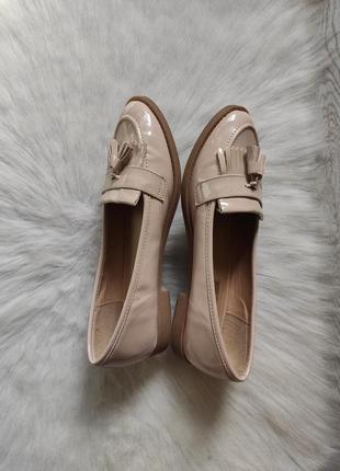 Бежевые туфли лоферы мокасины лаковые с кисточками балетки кожаные низком каблуке5 фото