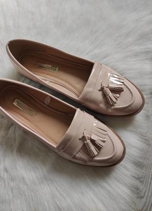 Бежевые туфли лоферы мокасины лаковые с кисточками балетки кожаные низком каблуке1 фото