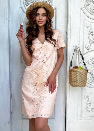 Легкое и нежное платье с v-образным вырезом в персиковом цвете