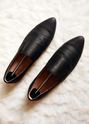 Черные кожаные туфли лоферы мокасины балетки острый нос змеиный принт рептилии белая подош