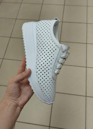 Летние легкие белые кроссовки