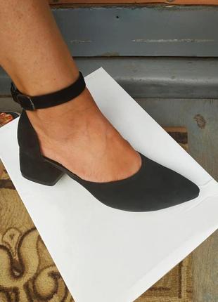 Замшевые черные открытые туфли лодочки на низком толстом каблуке с пояском, натуральная замша