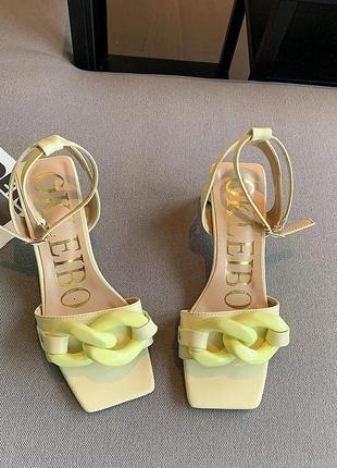 Летние босоножки на каблуке с цепью жёлтые лимонные с квадратным носом