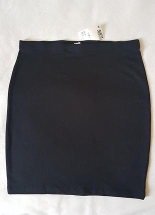 Черная, базовая юбка из эластичной натуральной ткани.