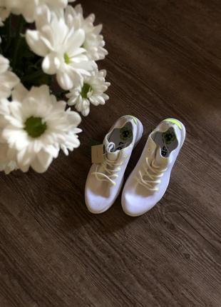 Легкие белоснежные кроссовки