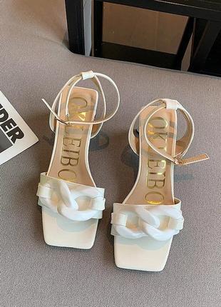 Белые летние босоножки на каблуке с цепью с квадратным носом