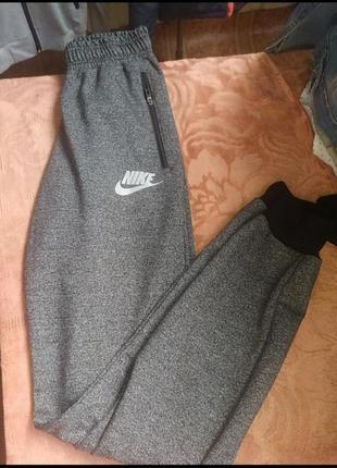 Розпродаж спортивних штанів