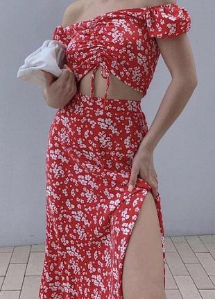 Модный летний красный костюм в цветочный принт