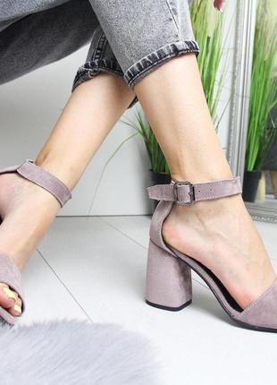 Пудровые босоножки на широком каблуке2 фото