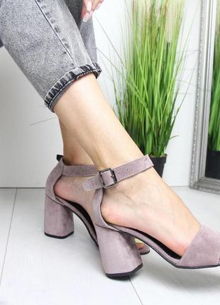 Пудровые босоножки на широком каблуке3 фото