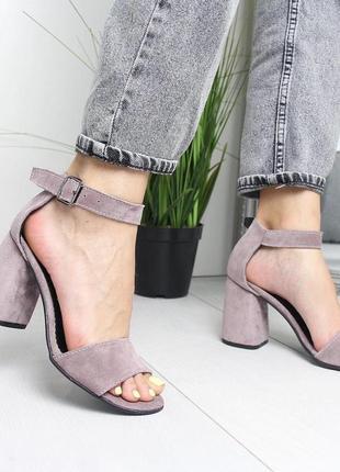 Пудровые босоножки на широком каблуке1 фото