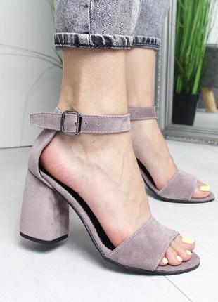 Пудровые босоножки на широком каблуке4 фото