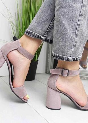 Пудровые босоножки на широком каблуке5 фото