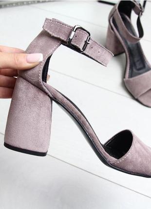 Пудровые босоножки на широком каблуке6 фото