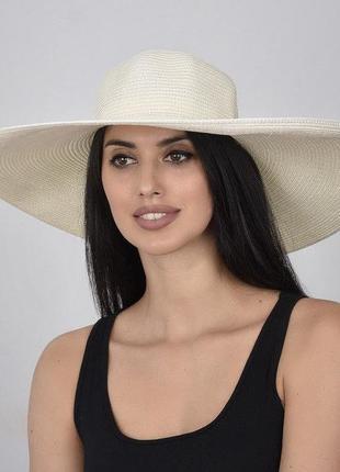 Легкая шляпка с широкими полями молочный цвет красивая