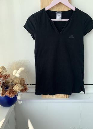 Оригинальная чёрная базовая футболка с v-образным вырезом adidas1 фото