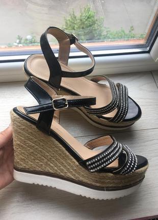 Нарядные сандали на плетёной платформе босоножки1 фото