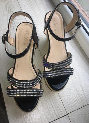Нарядные сандали на плетёной платформе босоножки2 фото