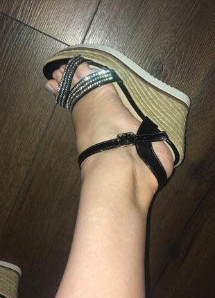Нарядные сандали на плетёной платформе босоножки7 фото