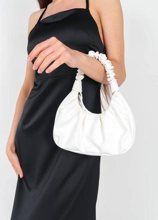 Трендовая белая сумка багет с оборками в стиле jw pei