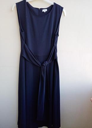 Класичне темно-темно синє плаття до чорного з широким поясом .