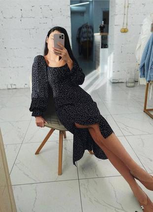 Платье миди в горошек с широкими рукавами фонариками открытыми плечами и разрезом на ноге