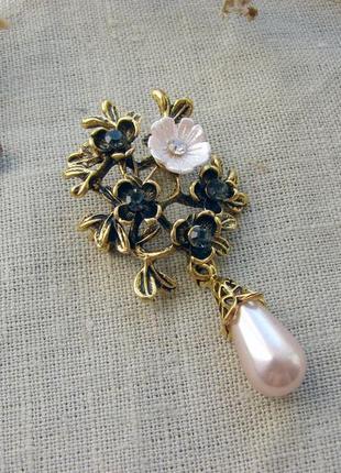 Изящная брошь с розовым цветком и женчужиной. цвет бронза