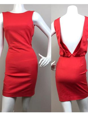 Красивое яркое платье с открытой спинкой