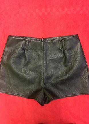 Стильные шорты из экокожи