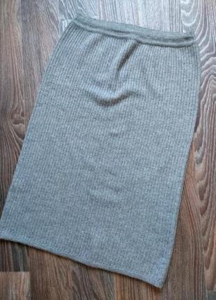 Очень теплая длинная вязанная плотная серая юбка в рубчик