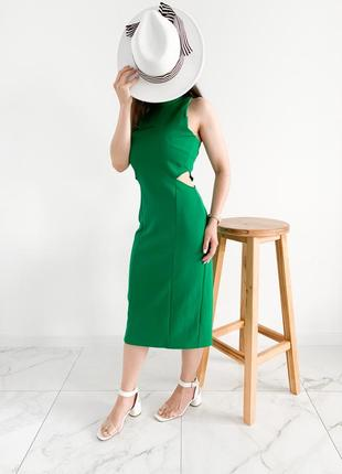 Зеленое платье с разрезами на талии
