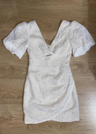 Нарядное светлое платье, короткое на подкладке, очень классное