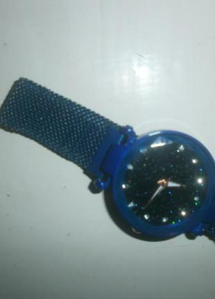 Стильные кварцевые  часы .новые.