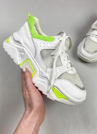 Белые кроссовки с салатовыми вставками