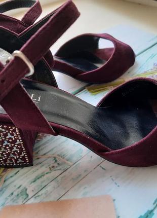 Новые замшевые нарядные босоножки на толстом каблуке