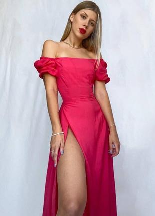 Малиновое шикарное платье миди с высоким разрезом и объёмными рукавами3 фото