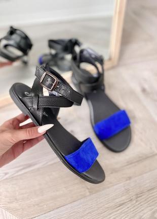 Чорні босоніжки з натуральної шкіри , з синьою вставкою