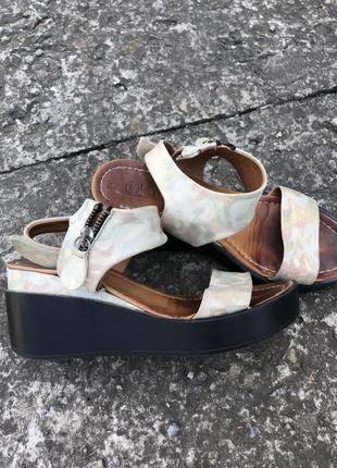 Босоножки кожаные на платформе 38 р