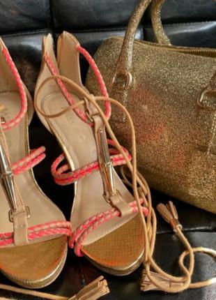 Босоножки на каблуке на завязках
