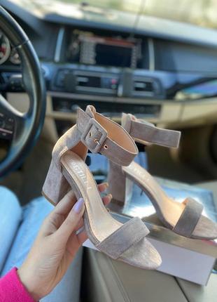 Босоножки на невысоком каблуке