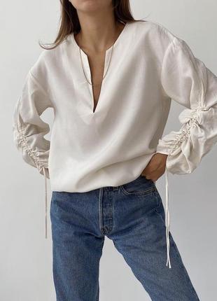 Молочная блузка с завязками на рукавах с v-вырезом
