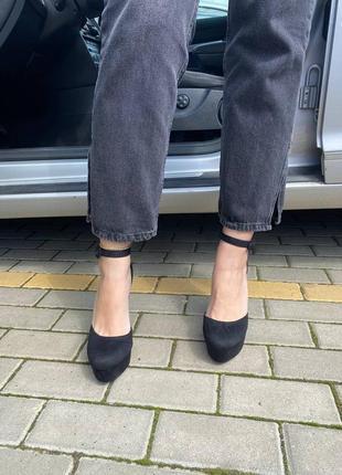 Босоножки с закрытым носком чёрные на высоком каблуке