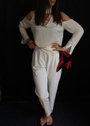 Блуза молочная с длинным рукавом с вырезами на плечах