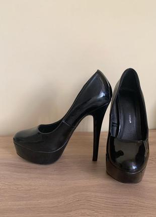 Туфли чёрные на шпильке лаковые классические