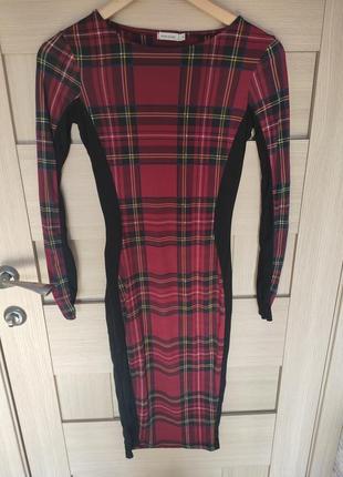 Красивое стильное облягающие сексуальное платье в клетку красное миди с длинным рукавом