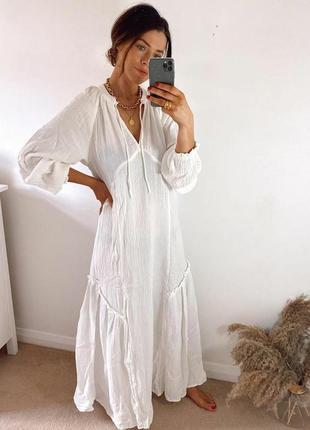 Длинное белое платье из жатого фактурного котона