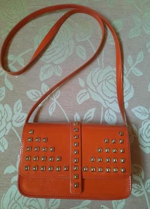 Маленькая сумка сумочка  на длинном ремешке thetapy оранжевая лаковая