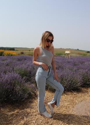 Стильні жіночі джинси з розрізом всередину ...