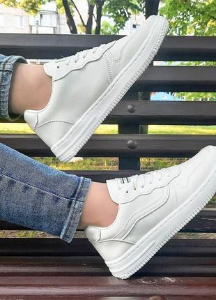 Классические белые кроссовки
