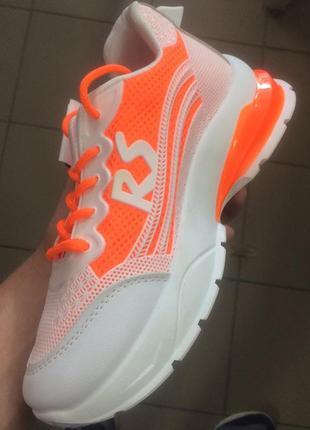 Стильні жіночі кросівки3 фото